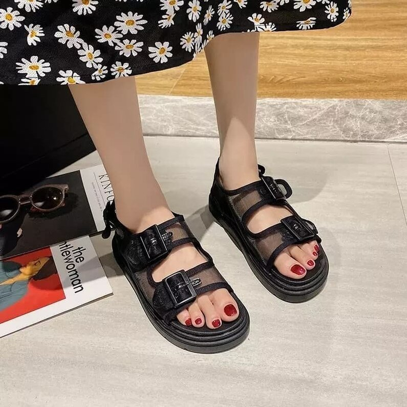 Juodi sandalai ant  patogios platformos