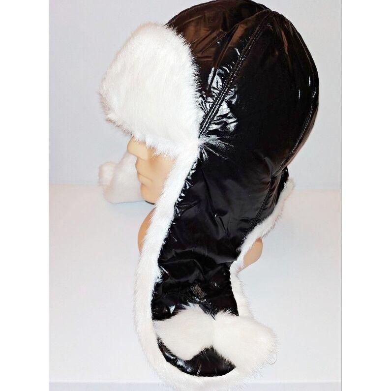 Stilinga juodos spalvos kepurė su kailiu