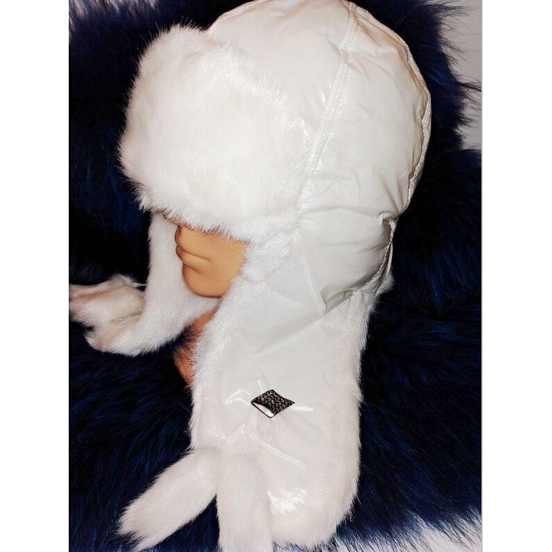 Stilinga baltos spalvos kepurė su kailiu