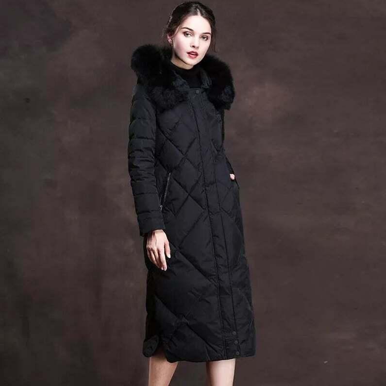 Juodas pūkinis paltas su natūraliu kailiu